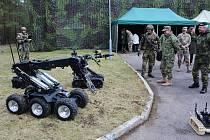 SLAVNOSTNÍ PŘEDÁNÍ. Nové detekční prostředky a roboty za 4,5 milionu amerických dolarů využijí ke své práci pyrotechnici z Bechyně.