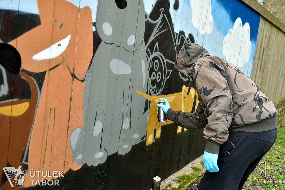 Graffiti před útulkem v Táboře vznikalo od čtvrtka 19. do neděle 22. listopadu.