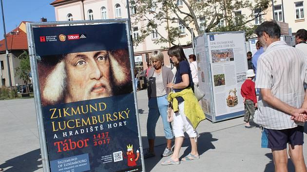 V Táboře je na náměstí TGM až do 4. října výstava věnována 580. výročí udělení královských práv Táboru.