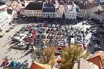 Sraz mustangů a US cars pohledem z věže děkanského kostela v Táboře.