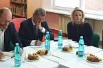 Základní školu Za Chlumem navštívil premiér s ministrem školství.