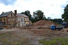 Ruina pivovaru šla k zemi. Padl i komín, na jeho místě však vyroste nový.