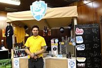 Angličan Mike Cole prezentuje u stánku skotský pivovar Brew Dog. Ten se může pyšnit podle konkurence také pivy nejvyšší kvality.Nejsilnějším pivem na stánku je to s obsahem alkoholu 41%. Točené má 20 stupňů a je vítězem světového poháru.