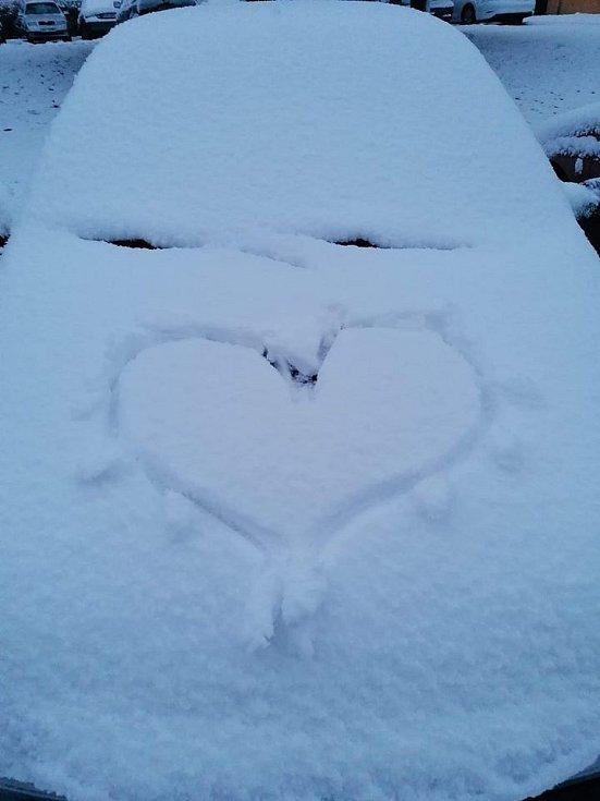 Sníh na sídlišti Hvězdárna v J. Hradci.