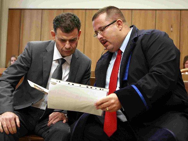 V jednací síni. Stanislav Snášel (vlevo) se svým obhájcem.