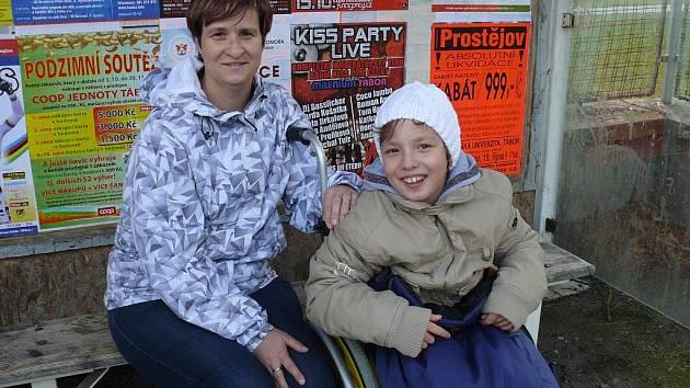 Jana Hatáková s dcerou Adélkou na konečné MHD.