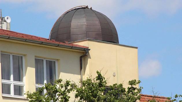 Kopule táborské hvězdárny na vrcholu budovy knihovny v Jiráskově ulici.