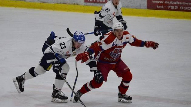 Táborští hokejisté podlehli Havlíčkovu Brodu 1:4. Na snímku bojuje obránce Ondřej Kachyňa za dozoru svého spoluhráče Jana Březiny s brodským Janem Milfaitem.