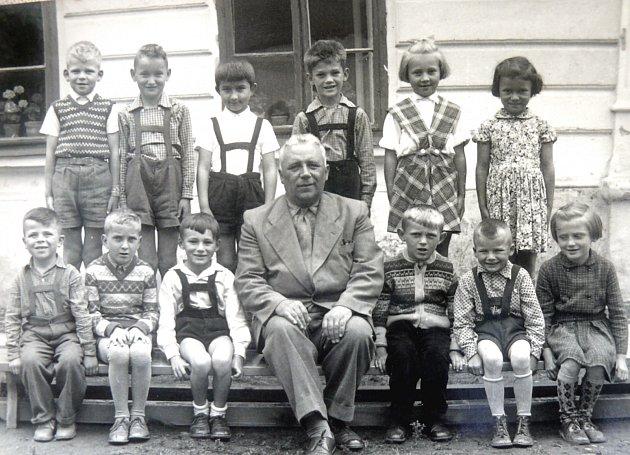 DÍRENŠTÍ ŠKOLÁCI. Fotografie z archivu Věry Novotné zachycuje dírenské školáky v době, kdy na škole učíval její tatínek Karel Zeman.