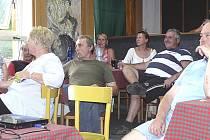 """PŘI BESEDĚ. Dvacítka Nadějkovských se sešla při společné diskuzi nad osudem chalupy """"Součkoviny""""."""