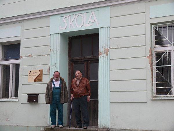 Před vstupem do bývalé školy stojí Josef Fábera a František Zeman (zleva), kteří na dobu školního mládí zavzpomínali