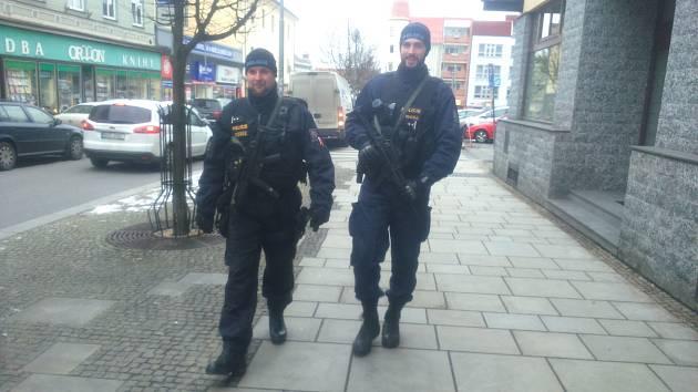 Speciálně vyškolení i vybavení policisté nyní hlídají ulice.