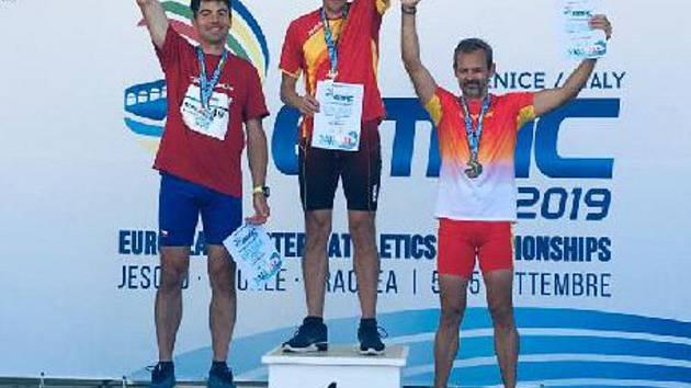 Marek Volf (vlevo) v Benátkách na stupních vítězů.