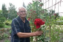 Na snímku botanik RNDr. Jiří Žlebčík, odborník na šlechtění růží z průhonického výzkumného ústavu na výstavě v Táboře v roce 2021.