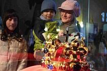 Korunu si prohlédla i Kateřina Kováčová s dětmi.