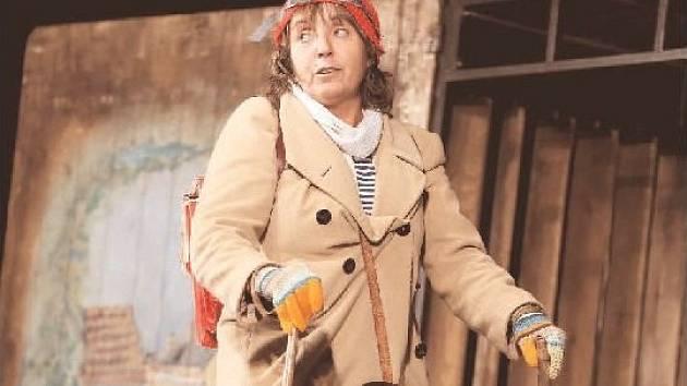 Herečka Bára Hrzánová v roli osmileté Helenky Součkové, jejíž dětství provází paradoxy normalizace.