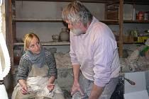 Keramik a hrnčíř Jan Vítek mi prozrazuje fígle, jak z beztvaré hmoty vykouzlit hrneček.  Nejtěžší je hromádku vystředit. Také tažení do výšky není žádná legrace. Hlína nesmí být na kruhu také  moc dlouho, jinak se začíná rozmáčet.