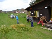 Pomlázky se na vleku v Horních Koutech pletou už čtvrtým rokem.