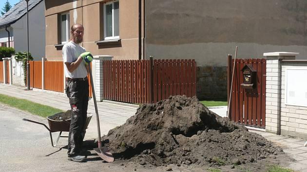 SOKOLSKÁ ULICE. Toto je letošní stav. Pavel Háček, který v ulici bydlí, se tehdy musel na pár dnů odstěhovat k příbuzným