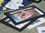 Mladí lidé se snažili pomocí transparentů oslovit veřejnost před jatky v Plané.