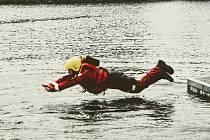 Při povinném výcviku na údolní nádrži Jordán v Táboře si hasiči procvičili sebezáchranu a záchranu tonoucího.