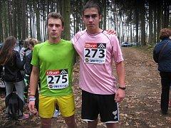 V závodě mílařů na tři kilometry si zazávodila také kategorie juniorů a dorostenců. Prosadili se také mladí atleti z Chyšek. Vlevo je bronzový Patrik Bouška, vpravo čtvrtý Ondřej Šutorka.