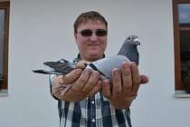 S touto poštovní holubicí se Josef Vozábal dostal až na olympiádu do Bruselu.