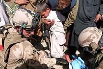 Přítomnost českých vojáků využili afghánští kluci, jejichž kamarád si rozřízl nohu. Ošetření se mu dostalo z rukou vyškoleného záchranáře Jana P.