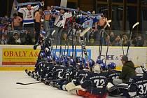 Hokejové kohouty doprovázely jejich příznivci v hojném počtu i na stadiony soupeřů.