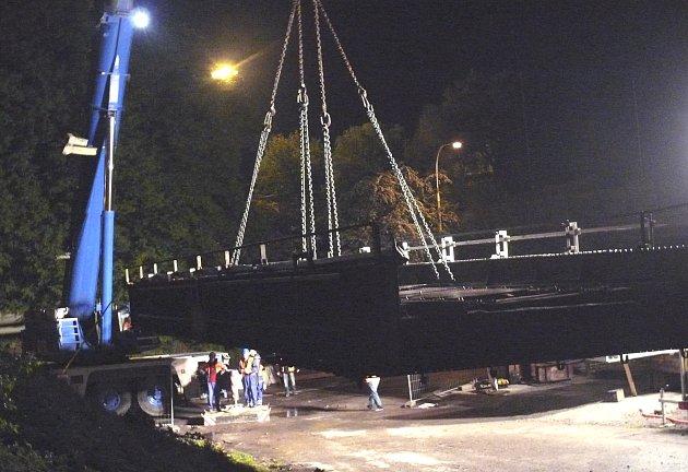 Ocelový most z roku 1903 se snesl k zemi čtyřicet minut před půlnocí. Na jeho místo nastoupí 30. května třiačtyřicet tun těžký obr
