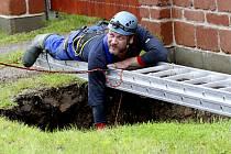 PRŮZKUM. František Krejča spouští kameru do 46 metrů hluboké propadliny a prověřuje situaci.