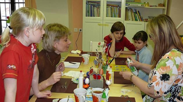 V dílně Rodičovského centra Radost tvořily slečny a jejich maminky pod vedením Olgy Šebkové originální bytové doplňky.