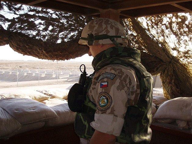 Třetí kontingent AČR tvoří 99 lidí, z toho 12 z Tábora, a to včetně velitele Pavla Rouse. Plnění úkolů v irácké Basře jim ztěžuje spalující vedro i místní zvyklosti.