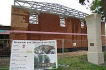 Na místě starého pivovaru roste zcela nová stavba sportovní haly.