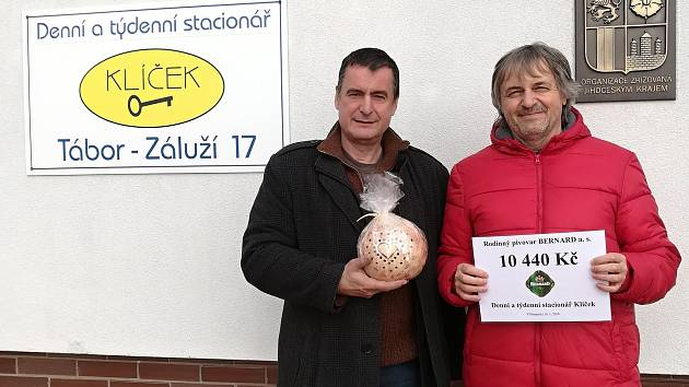Ředitel Klíčku Záluží Petr Brázda (vpravo) přijal pro stacionář darovací šek.