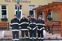 V nových uniformách stojí zleva: Josef Beneš – velitel, Luboš Píša – starosta, Radek Holas (už se stačil převléci), Tomáš Jindra a  Jaroslav Janoušek.
