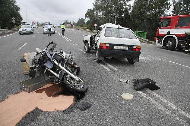 Nehoda u Měšic si vyžádala dvě těžká zranění.