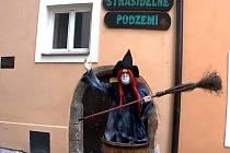 Letos čarodějnici na jednokolce nechyběl stylový oděv, rudé vlasy ani klasické koště. Svůj outfit doplnila také o nezbytnou roušku.