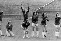 MOMENTKA ze Srdce Mladého světa z roku 1986. Zleva: Budíčková, Staňková, v předklonu kapitánka Kundrátová, Dušková, Sládková, Křížková, Marková, Kašparová.