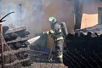 Požár dřeva a chaty ve Vlkově.