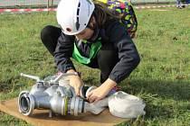 Po vzoru dospělých se ve Zhoři u Tábora i mladí hasiči snaží získat titul nejtvrdšího hasiče při plnění různých disciplín.