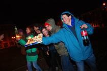 ZÁBAVA V ULICÍCH. Mladí lidé se rozhodli slavit poslední den starého roku v ulicích Tábora. S sebou si nezapomněli vzít ani  krabici s chlebíčky.