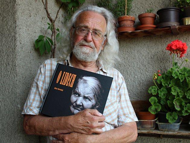 Fotograf Jára Novotný představí svou již devátou knihu O lidech.