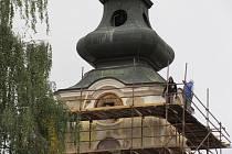 Kostel sv. Václava v Plané nad Lužnicí se opravuje, práce zdržel archeologický výzkum. Fasáda věže má být hotova do konce října.