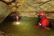 Potápěči při přípravě k ponoru v zatopené části jeskyně.