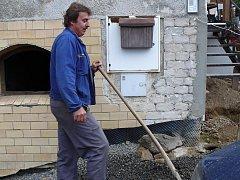 Pro tentokrát nepracuje místostarosta Jiří Šich pro obec ale na svém domě.