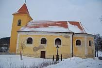 Janovský kostel by po nové střeše potřeboval ještě opravit fasádu. Farnost žádá o dotaci, město Mladá Vožice přispěje sto tisíci a lidé už mezi sebo vybrali padesát tisíc korun.