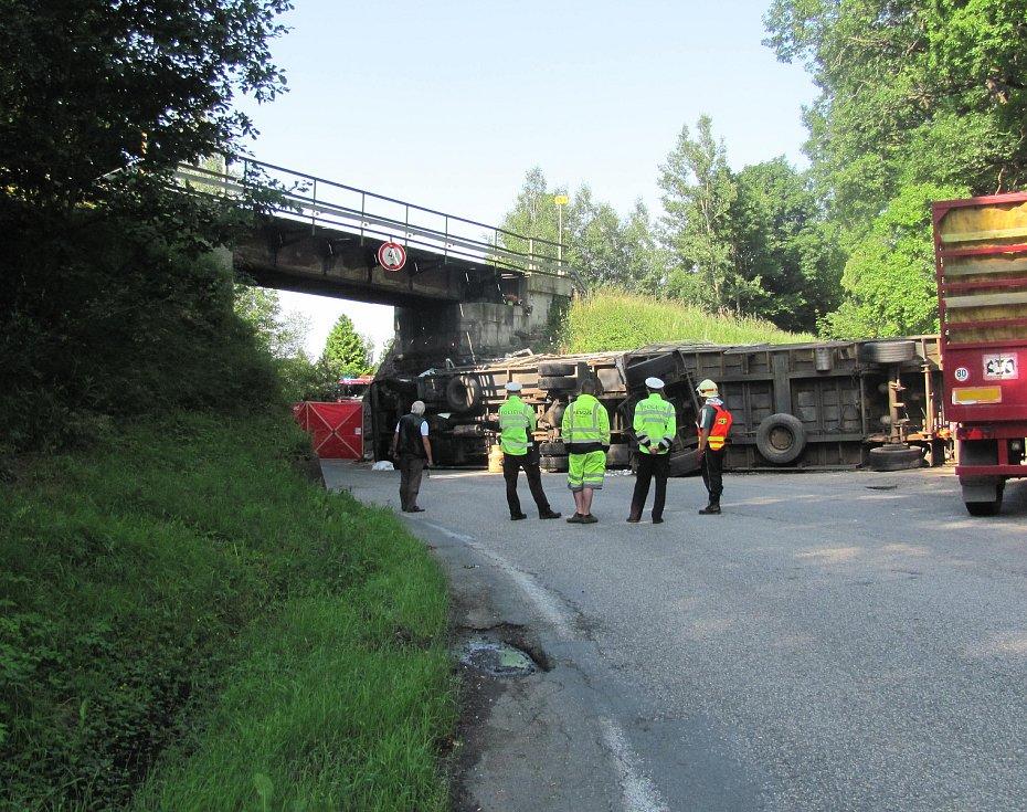 Při tragické nehodě kamionu u Chýnova zemřeli dva lidé.
