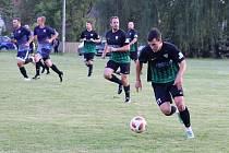 Daniel Švejda (vpředu) zatížil konto B-týmu Sokola Sezimovo Ústí čtyřmi góly a vylétl do čele pořadí kanonýrů okresního přeboru.