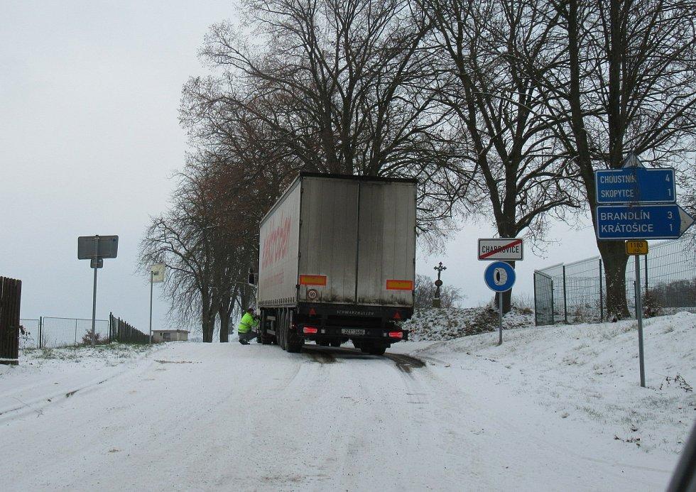 Podle policie měli ve čtvrtek 3. prosince na silnicích největší potíže řidiči kamionů. Takto to vypadlo cestou na Choustník.